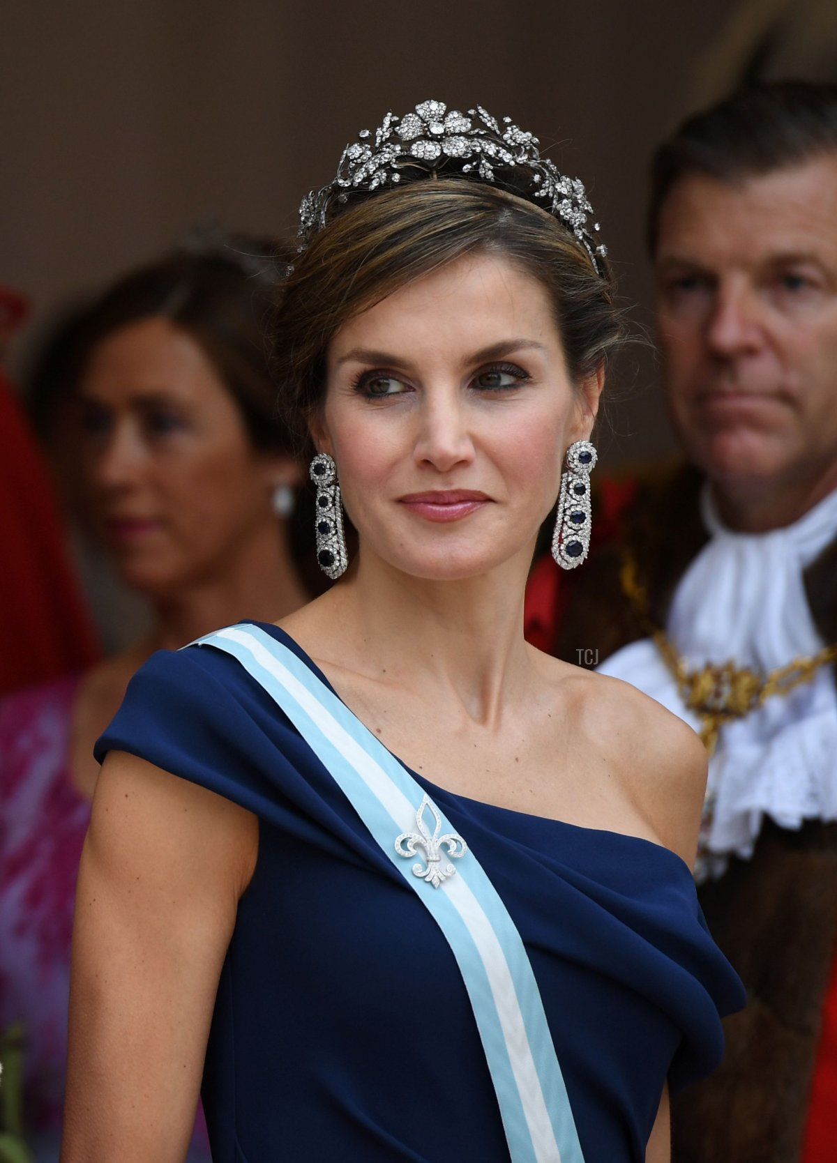 Spanish Queen Letizia (R) stands with he Lord Mayor, Andrew Parmley (L) as Spanish King Felipe VI (not pictured) inspects a Guard of Honour at Guildhall in central London on July 13, 2017, on the second day of the Spanish King and Queen's three-day state visit