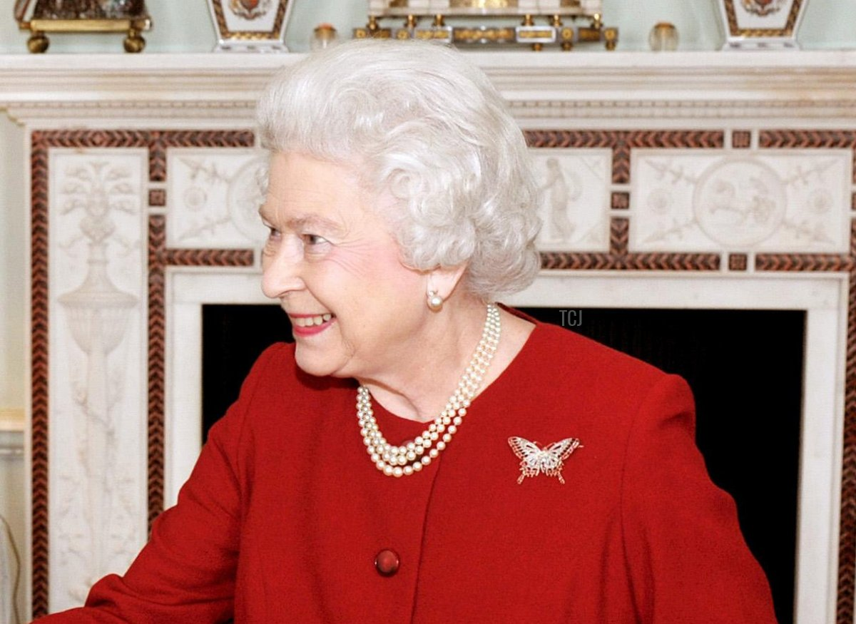 Britain's Queen Elizabeth II (R) shakes hands with Rwandan President Paul Kagame during a private audience at Buckingham Palace, in central London, on March 8, 2010