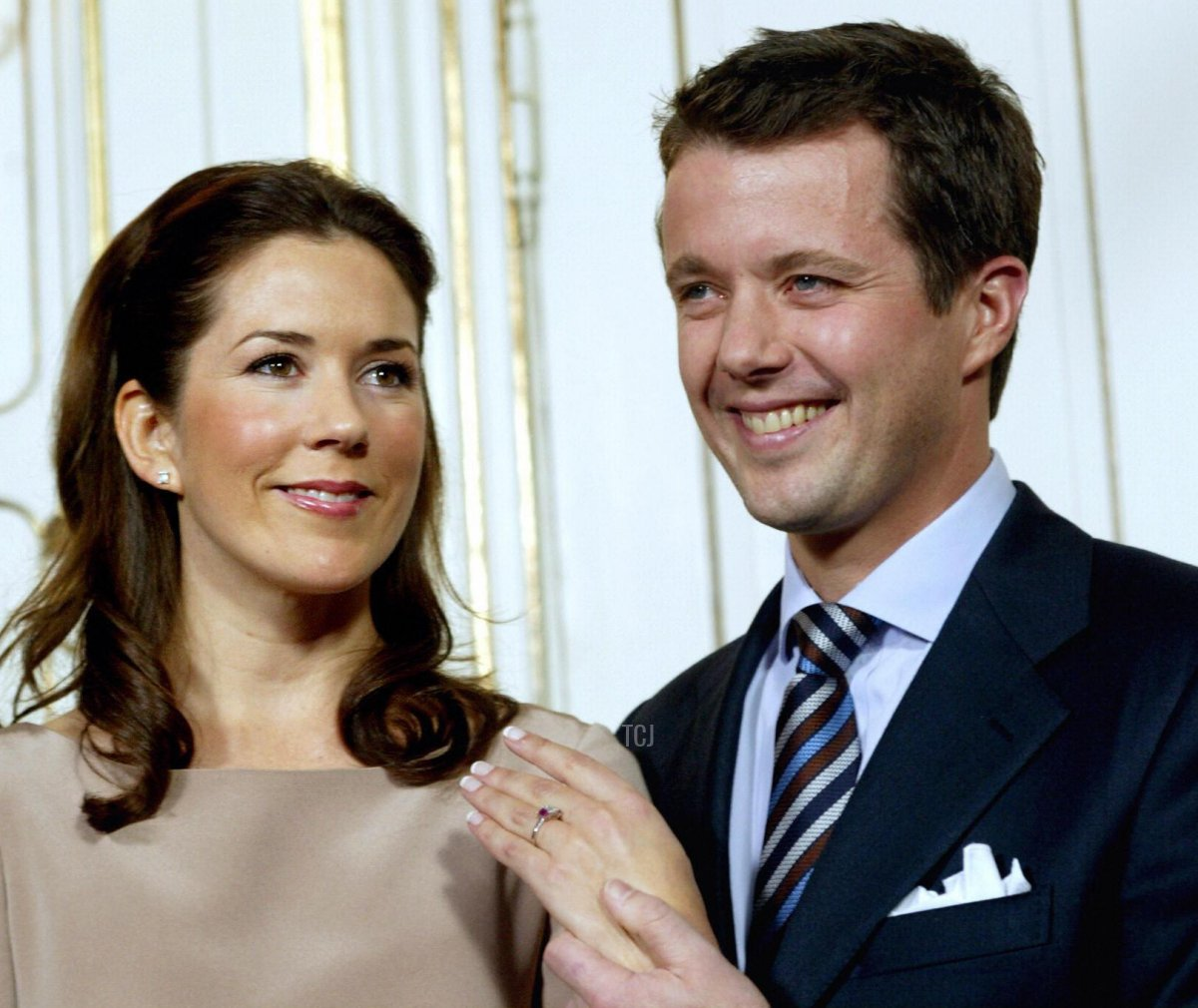 Danish Crown Prince Frederik shows the engagement ring on the hand of his fiancee Mary Donaldson of Australia 08 October 2003 during their first joint press conference at the royal palace of Fredensborg north of Copenhagen after the official announcement