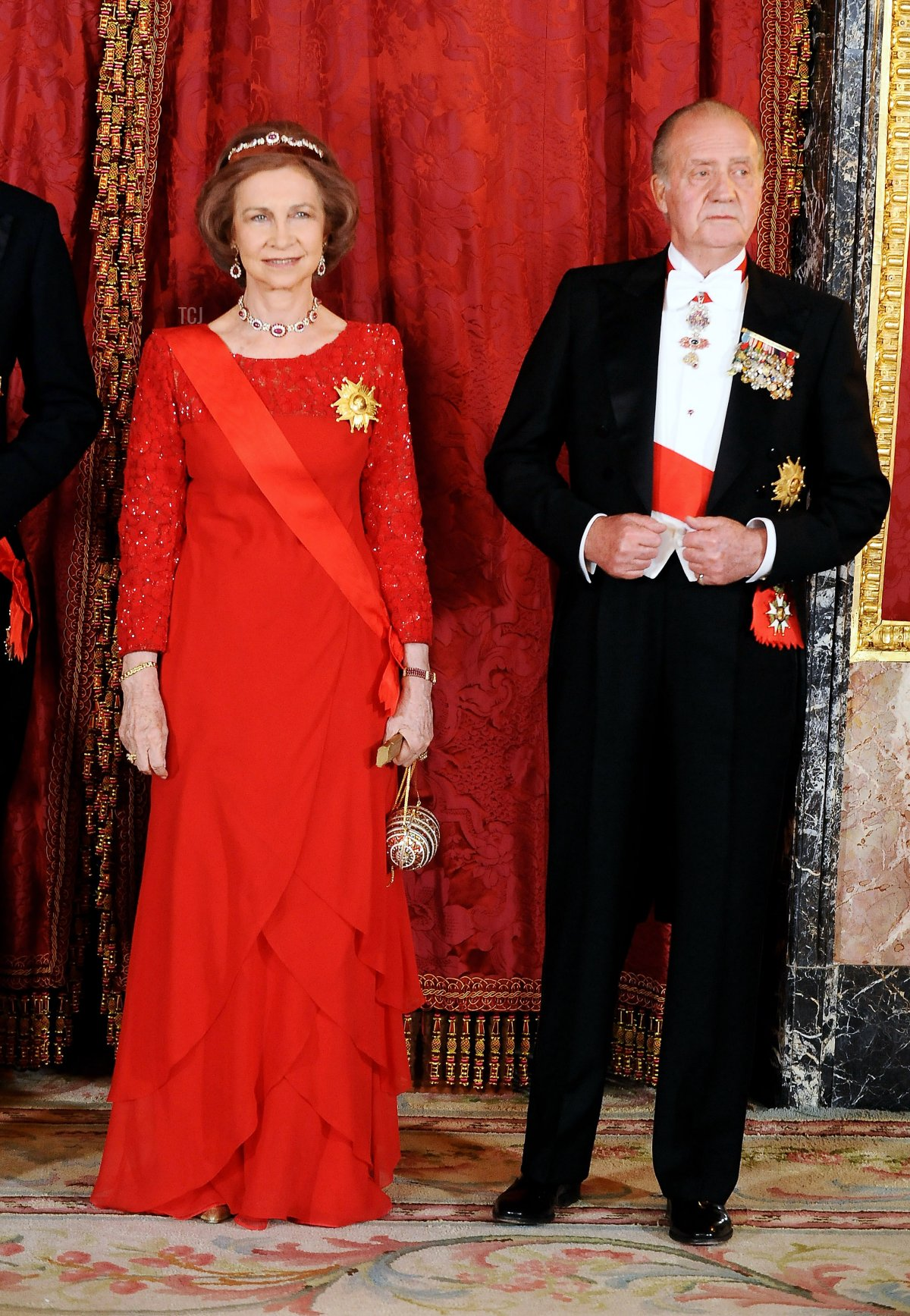 Queen Sofia of Spain and King Juan Carlos I of Spain attend a Gala Dinner honouring French President Nicolas Sarkozy at the Royal Palace on April 27, 2009 in Madrid, Spain