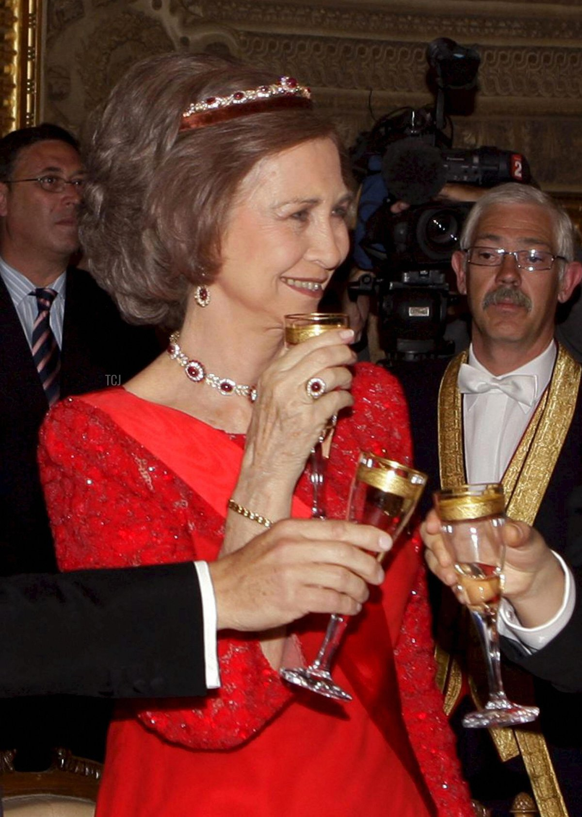French President Nicolas Sarkozy (L) shares a toast with Spain's Prime Minister Jose Luis Rodriguez Zapatero (R) in front of Spain's Queen Sofia during a gala dinner at the Royal Palace in Madrid on April 27, 2009