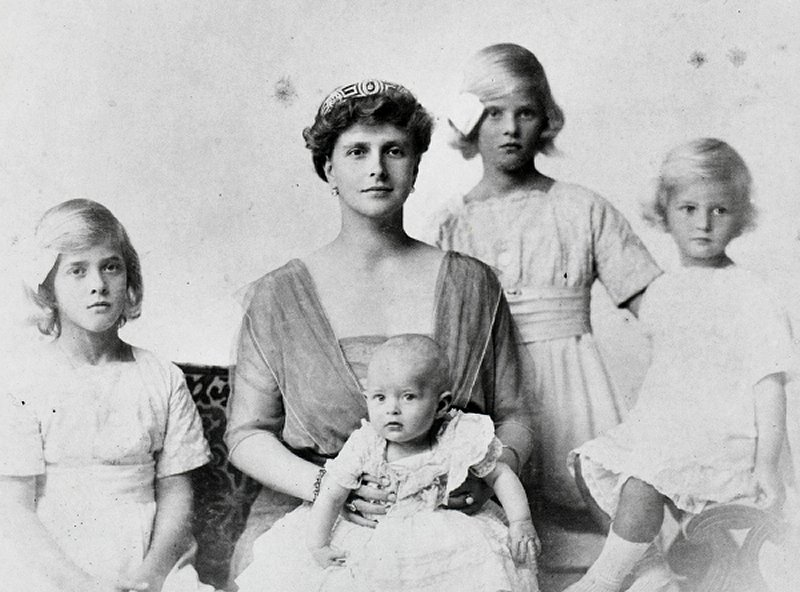 Princess Andrew of Greece and Denmark with her daughters, 1914