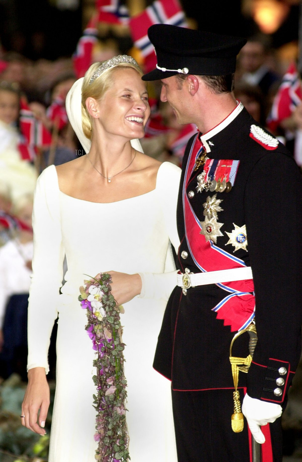 Norwegian Crown Prince Haakon and Mette-Marit Tjessem Hoiby leave the Oslo Cathedral August 25, 2001 after their wedding