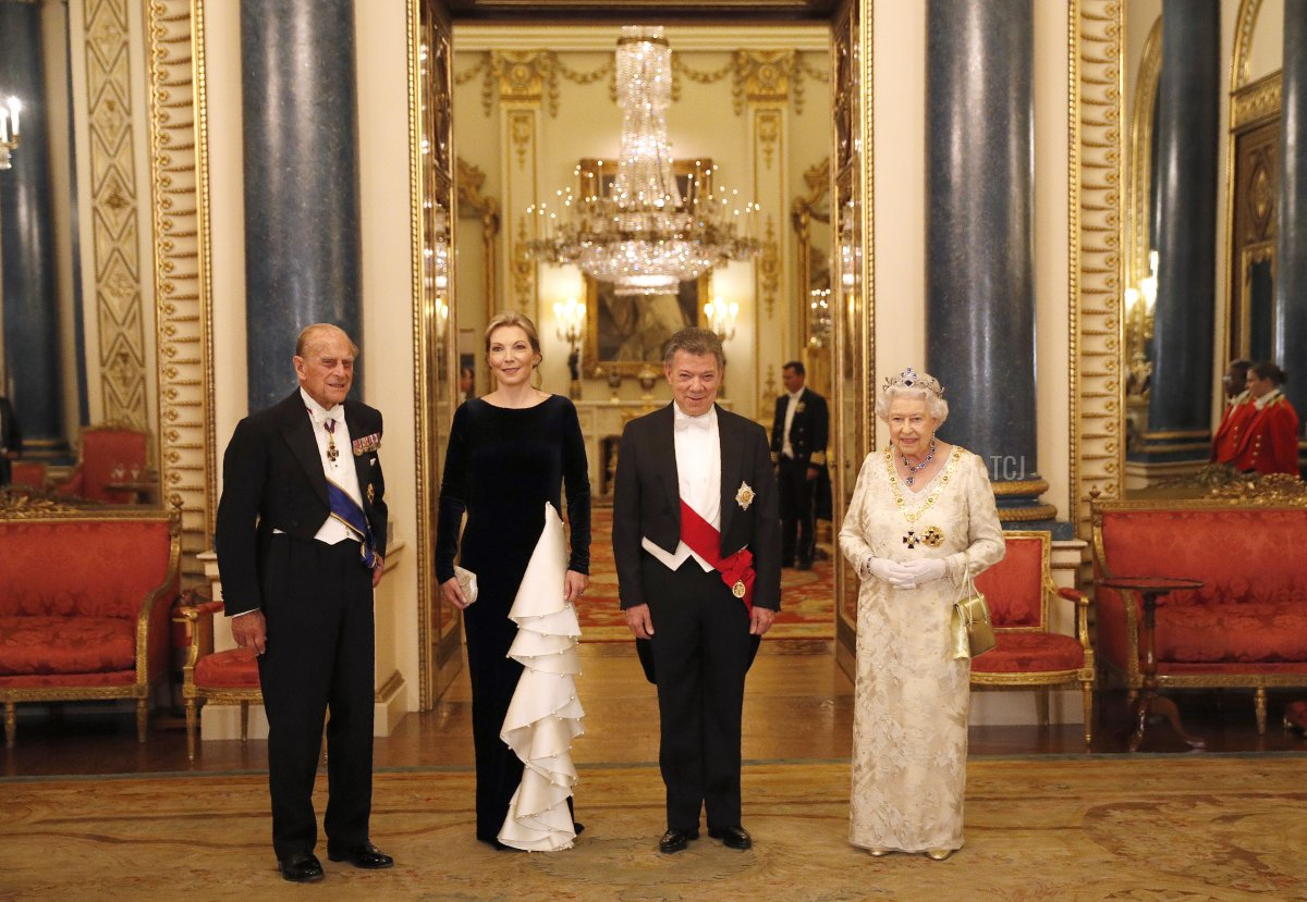 Britain's Queen Elizabeth II (R) and her husband Britain's Prince Philip, Duke of Edinburgh (L), pose with Colombia's President Juan Manuel Santos (2R) and his wife Colombia's First Lady Maria Clemencia Rodriguez ahead of a State Banquet at Buckingham Palace on November 1, 2016 in London, England