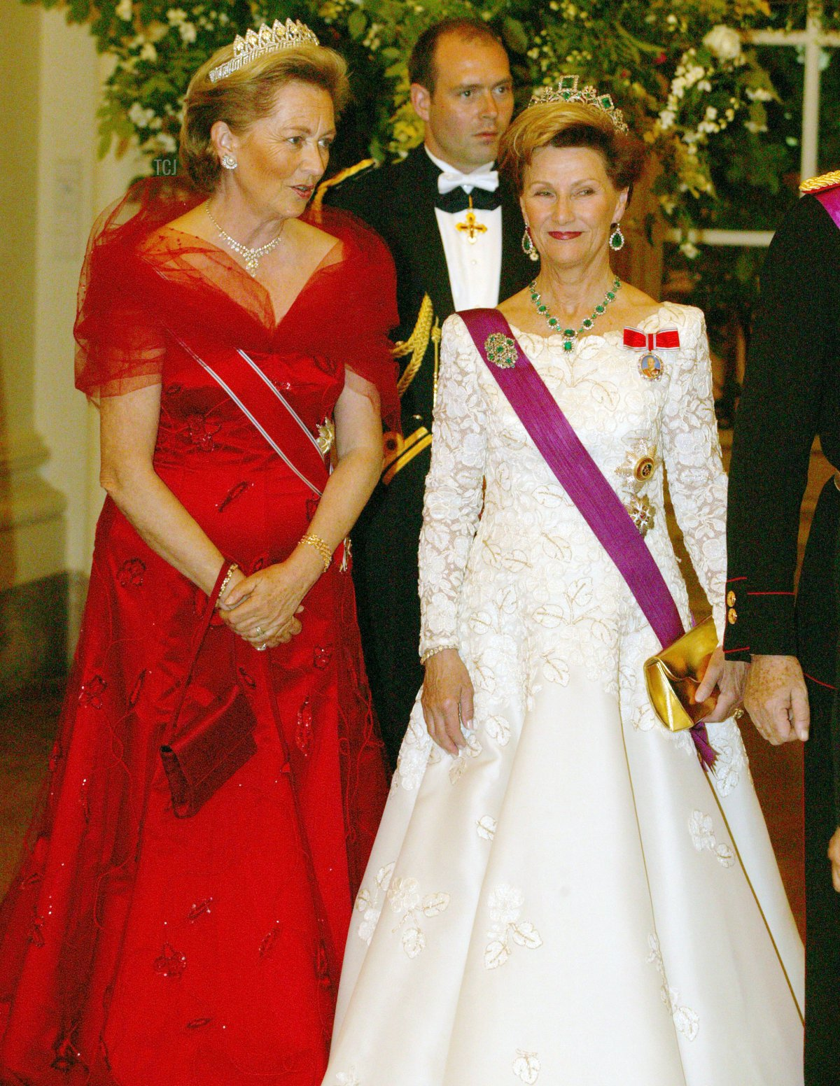 Queen Paola from Belgium (L) and Queen Sonja from Norway pose for a photo May 20, 2003 in Brussels, Belgium
