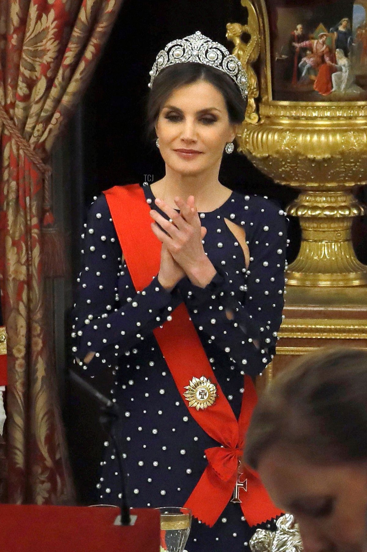 Queen Letizia of Spain (C) applauds between Portuguese President Marcelo Rebelo de Sousa (2L) and Spanish Prime Minister Mariano Rajoy (R) in front of King Felipe VI of Spain (L) during a state dinner at the Royal Palace in Madrid on April 16, 2018