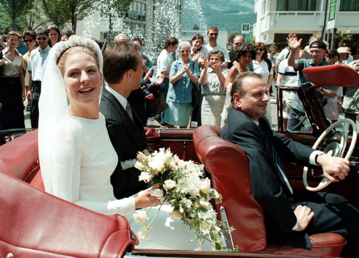 Princess Tatjana of Liechtenstein (L) and German businessman Philipp von Lattorff wave to the audience after their wedding in the cathedral of Vaduz June 5, 1999