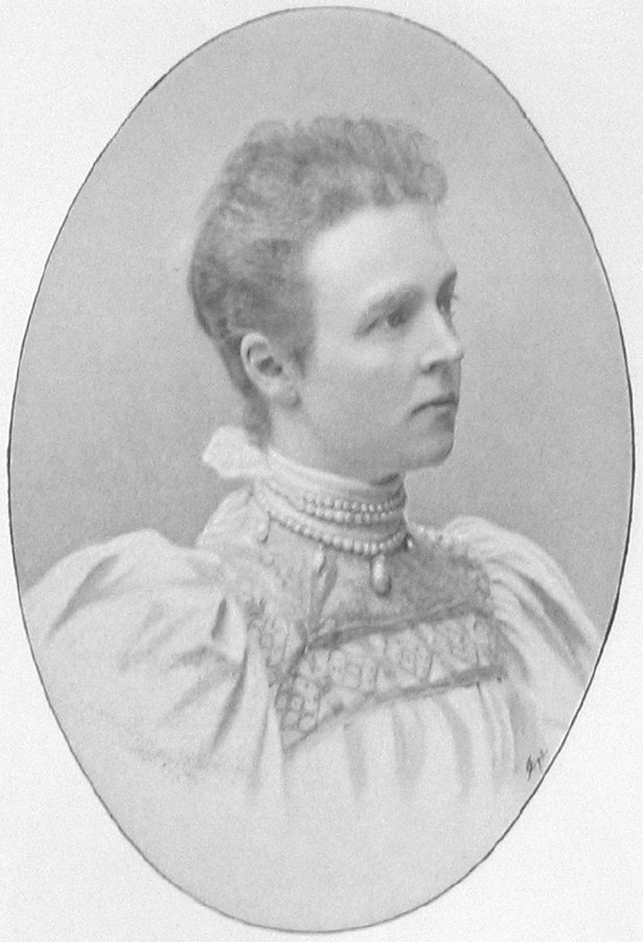 Countess Ebba Bernadotte wears the necklace