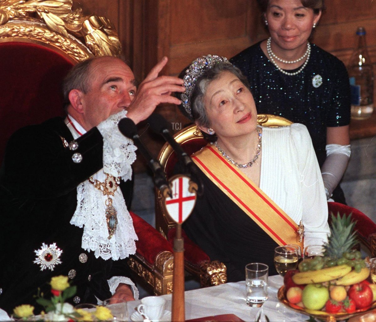The Lord Mayor of London points out architectural features of the Guildhall to Empress Michiko of Japan 27 May 1998, during a banquet organised in honour of Japanese Emperor Akihito and the Empresses visit to Britain