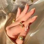 Αφηρημένα σχέδια στα νύχια abstract nail trend