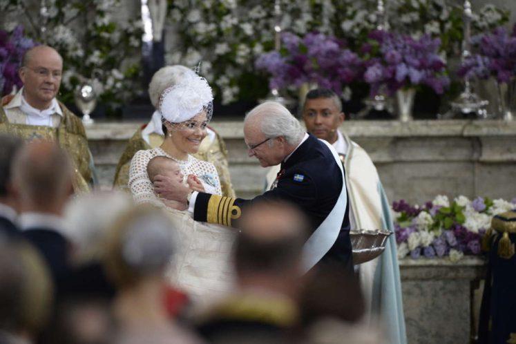 King Carl XVI Gustaf gives Prince Oscar his sash and order at his christening. Kungahuset