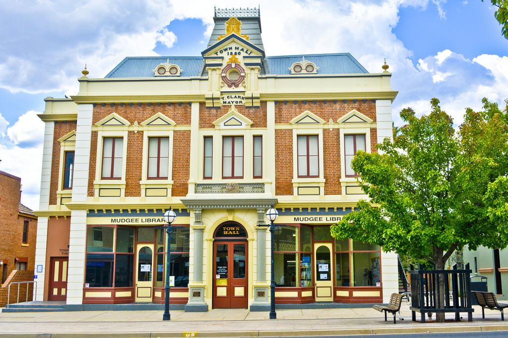 Mudgee Rural Bliss As Rose Chills With Art Beauty And