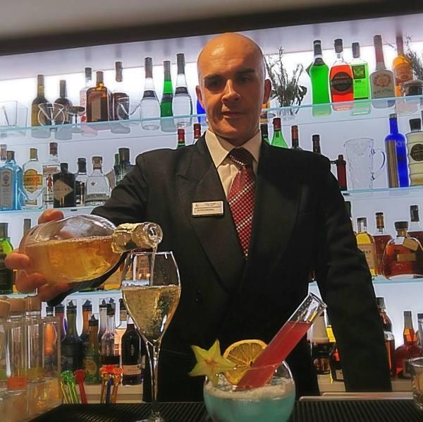 Un barman, un cocktail