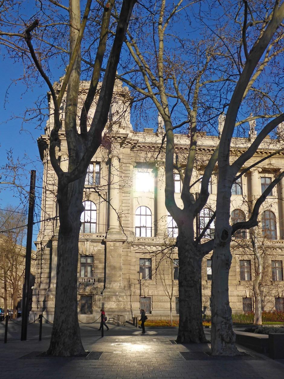 Quartier du Parlement de Budapest, Lumière sur un bâtiment