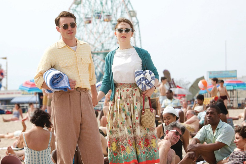 Saoirses Ronan dans le film Brooklyn, un film sur l'exil
