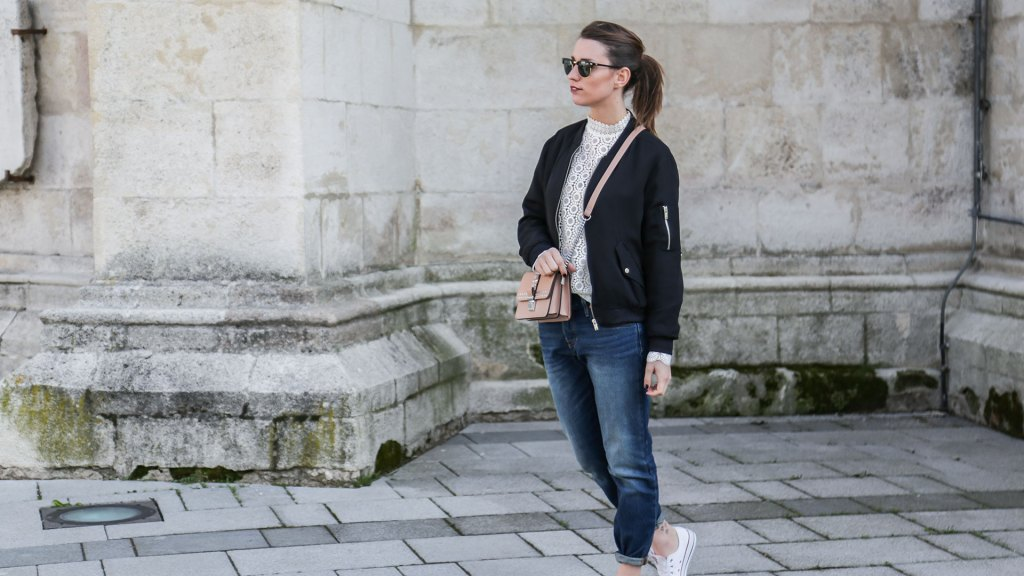 thediaryofbianca Beitragsbild_Outfit_Lacebluse-Levis-Bomberblouson-Converse-6
