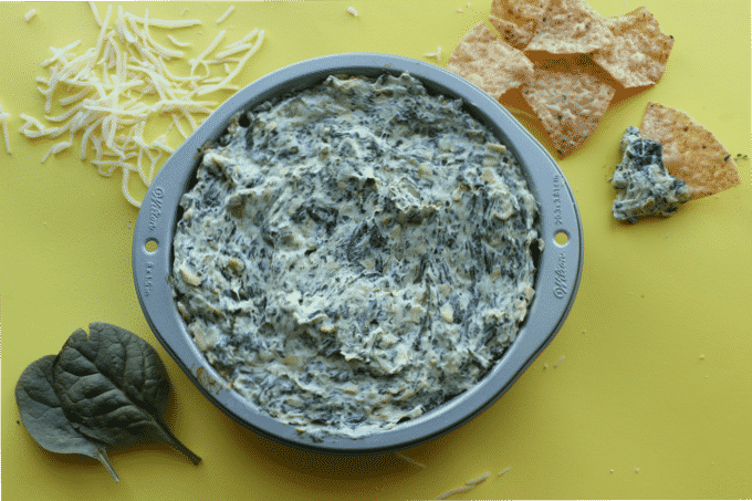 This healthy spinach artichoke dip is love at first bite. Every serving is only about 175 calories, but packs 15g of protein. #Healthy #Appetizer