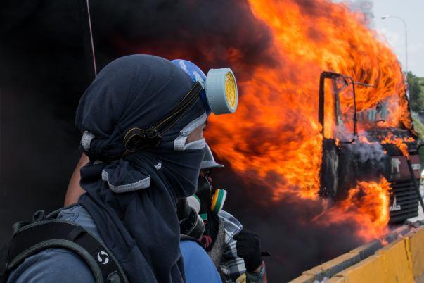 Persona protestando en Venezuela
