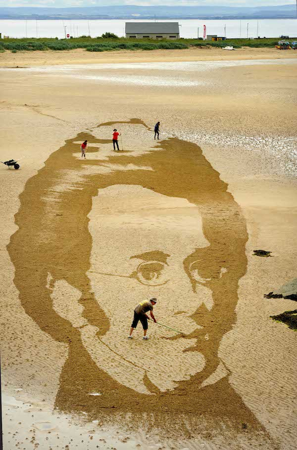 FREE PIC- Schubert Sand Drawing at East Neuk Fest 02