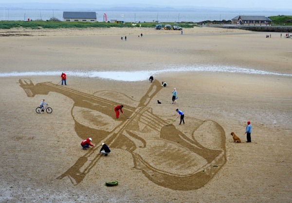 FREE PIC:  Giant Violin Beach Sand Drawing East Neuk Fest 01