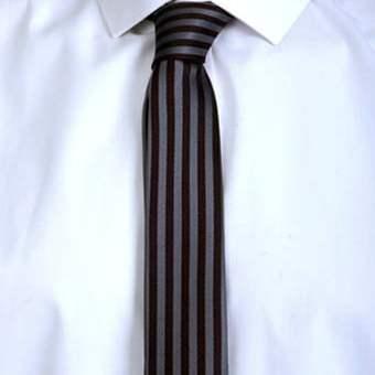 Dasi hital dengan pola yang langka ini, membuat pria yang menggunakannya tampil beda
