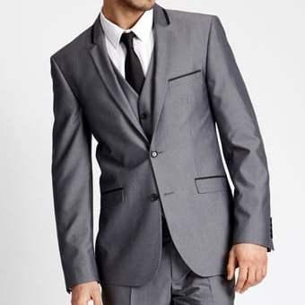 Jual jas pria dengan konsep tailor made, dibuat khusus untuk satu pelanggan, eksklusif dan pas pada postur tubuh.