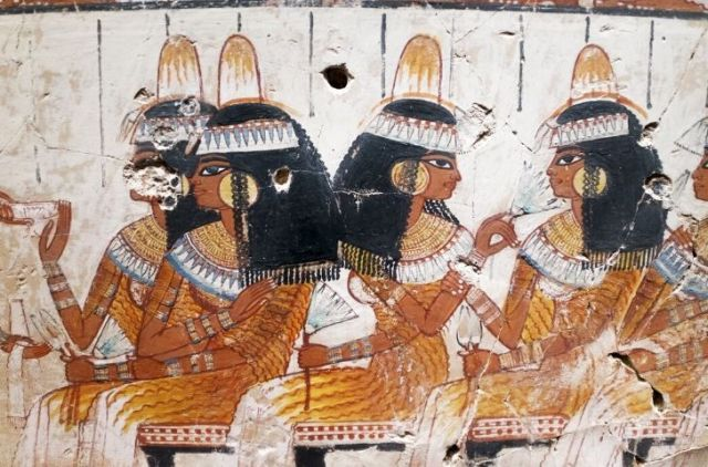 Painting of ancient Egyptian women wearing makeup.