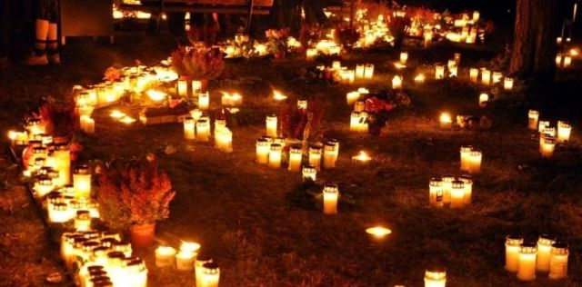 Seleenwoche festivities showing many lit candles