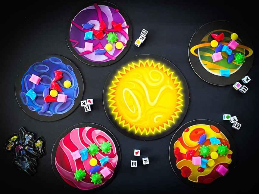 Astro Trash board game setup: 5 planets around a sun