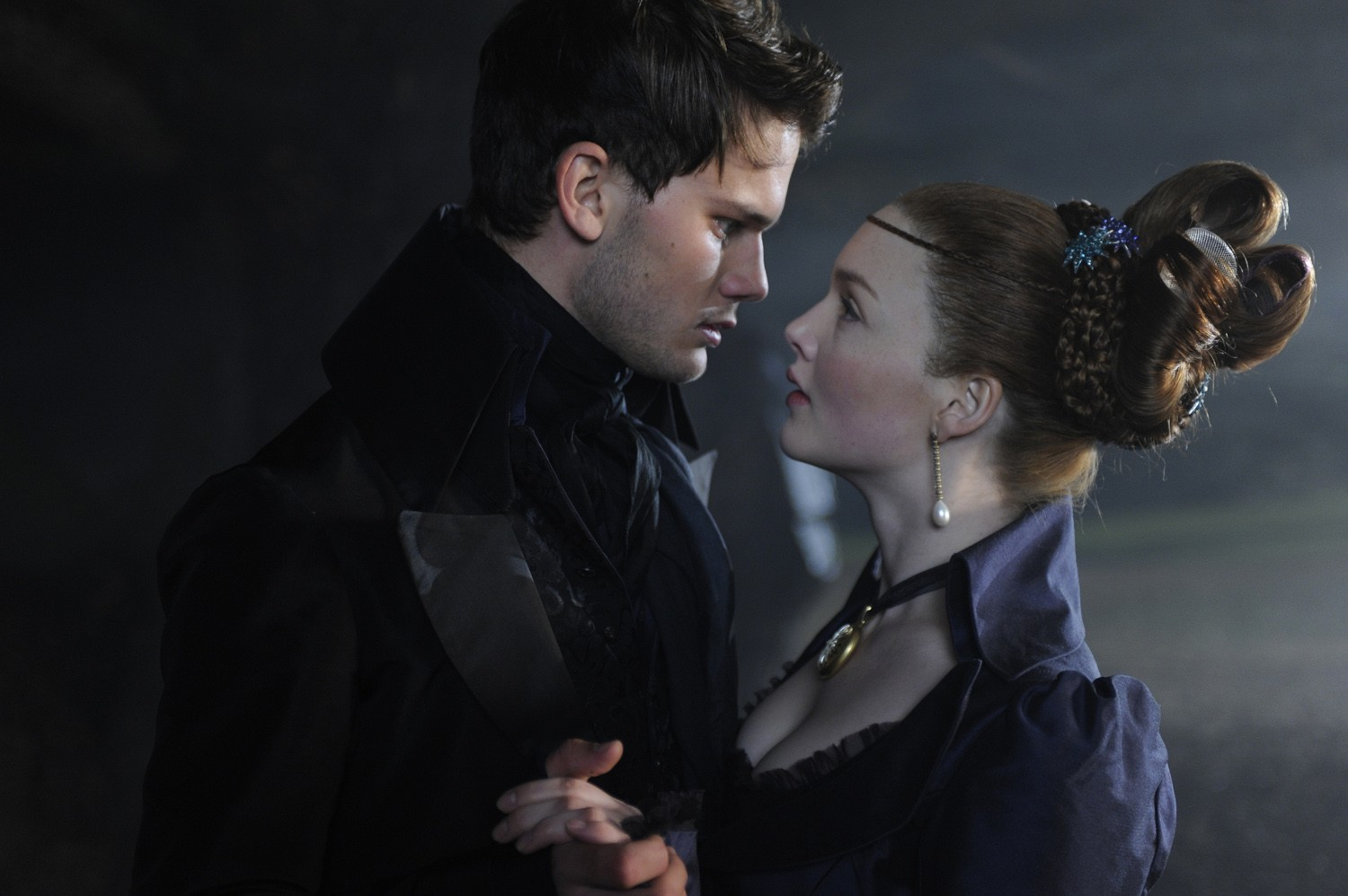 Holliday Grainger,Jeremy Irvine