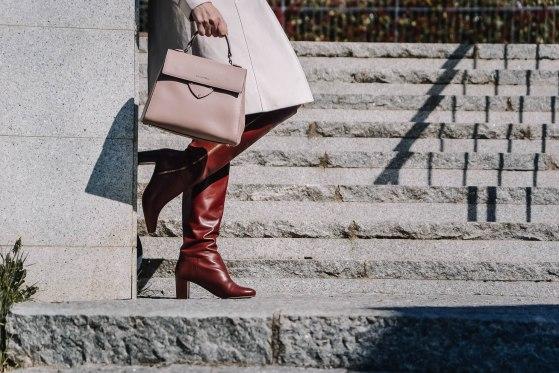 Dettaglio degli stivali e della borsa di Isabella The Fashion Cherry Diary - Come indossare il trench