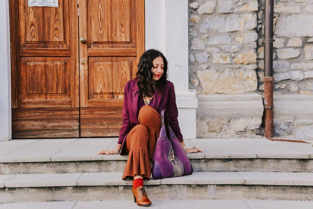 Come creare un outfit con quello che hai nell'armadio: Isabella The Fashion Cherry diary indossa dei pantaloni color zucca e una blusa color prugna