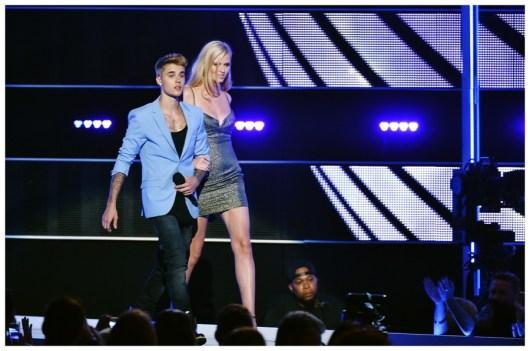 Justin-Bieber-Shirtless-Calvin-Klein-Underwear-Fashion-Rocks-2014-Photo-002