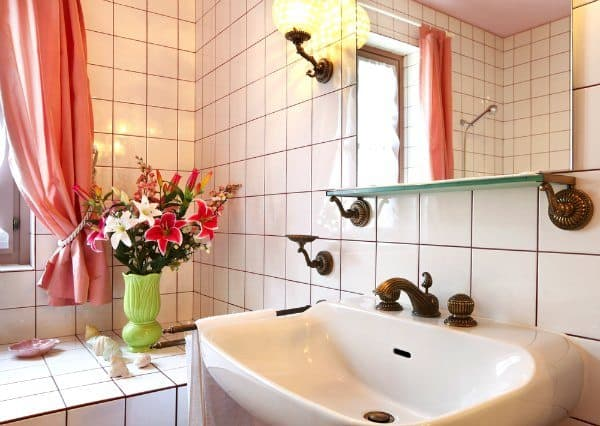 7 Effective and Simple Tips for Decluttering Your Bathroom.