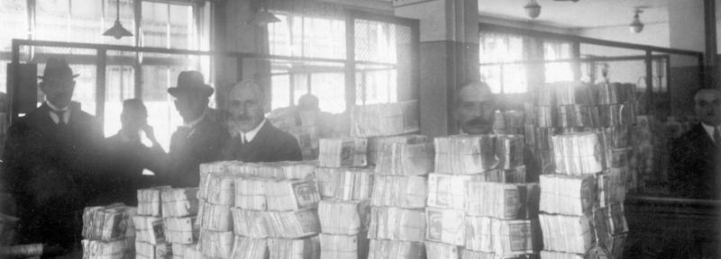 Cash is delivered to a German bank during hyperinflation in Germany in1923 [Bundesarchiv, Bild 183-R1215-506 / CC-BY-SA]