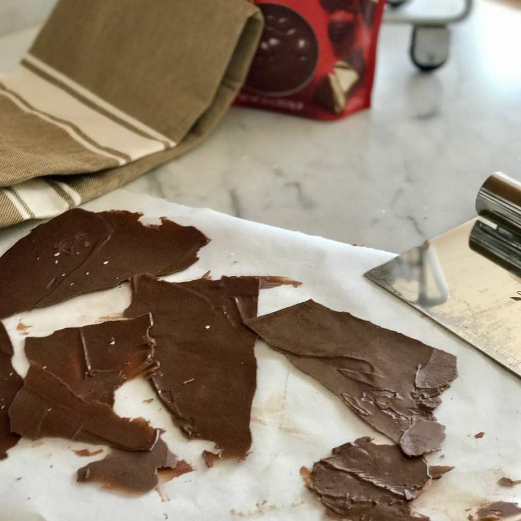 How to make chocolate garnish for a pretty presentation for chocolate cake. #thefreshcooky #chocolategarnish #chocolate #saltedchocolate #cakedecorating #easy