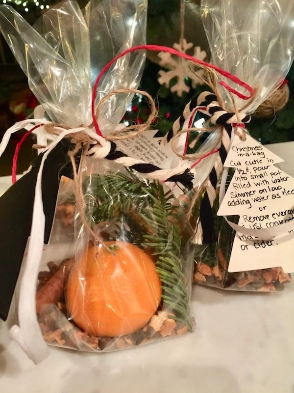 Christmas in a bag, an all-natural, non-toxic simple hostess or neighbor gift that will make any home smell like Christmas! Christmas Aromatherapy! Using simple items that you probably have around your home during the holidays. #thefreshcooky #christmas #simmeringspices #allnatural #nontoxic
