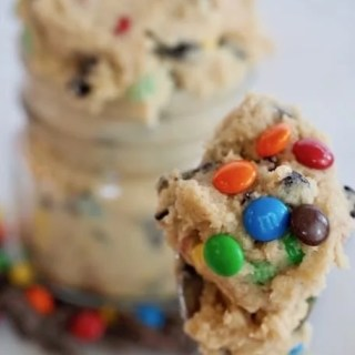 I LOVE raw cookie dough and this edible egg-free cookie dough is perfect when you need a little something sweet. SO easy to make! #thefreshcooky #cookiedough #treat #edible #safe #allnatural #eggfree #snack #nobake #kidfriendly #cookiedough
