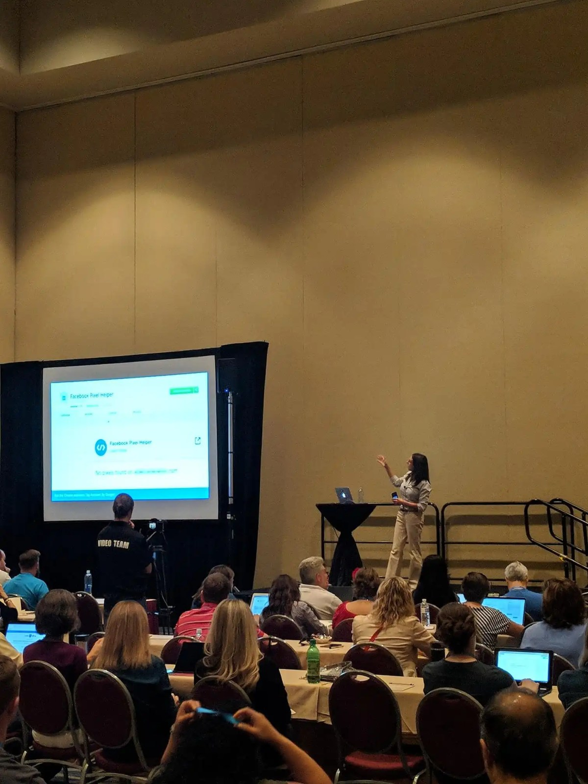 Claudia Pennington of SEO Audit Guide giving a presentation about Google Analytics at FinCon18.