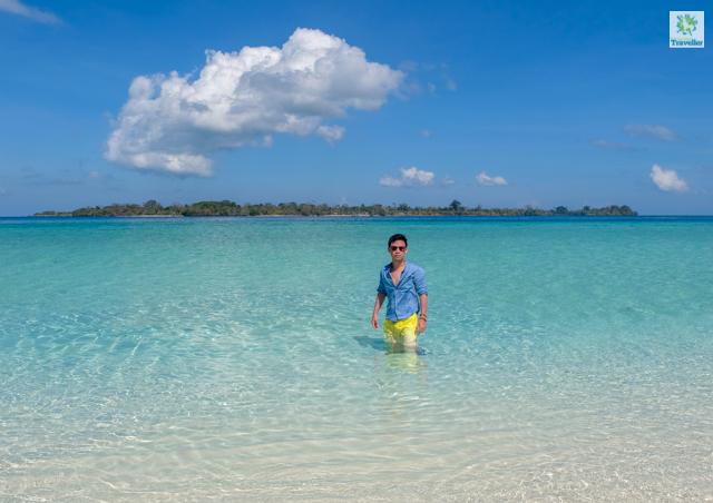The clear shallow waters ringed around Mansalangan sandbar.