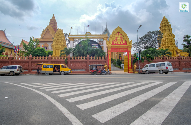 Outside Wat Ounalom.