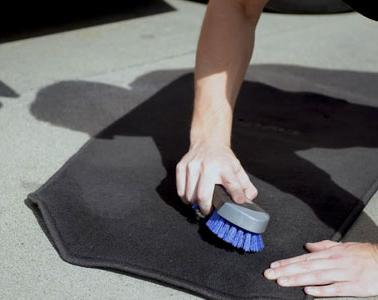 Limpando o tapete do seu carro