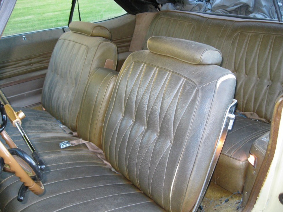 Carro antigo bancos sujos
