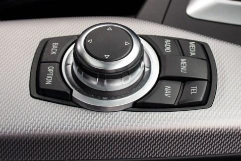 2013-BMW-M135i-a-venda-the-garage-controle-multimidia