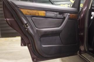1994-BMW-540i-E34-the-garage-carros-antigos-capa-de-porta-em-couro