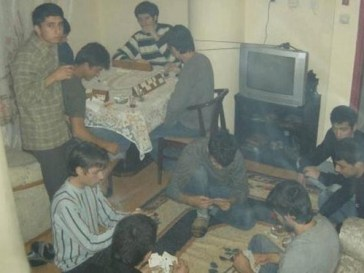 batak oynayan öğrenciler