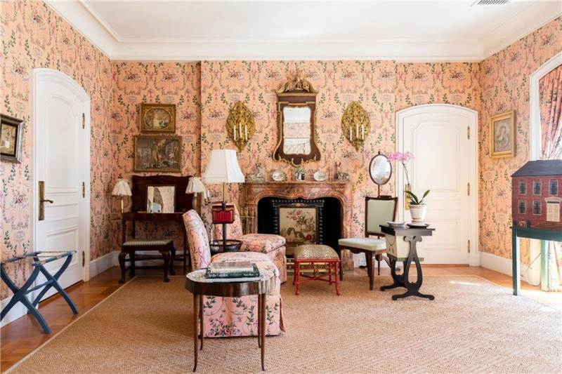 Old Newport Elegance - The Glam Pad on
