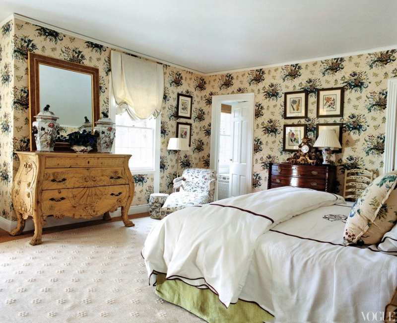 5b4d8de8c16 A bedroom features antique Imari ironstone and floral wall upholstery from  Colefax and Fowler.