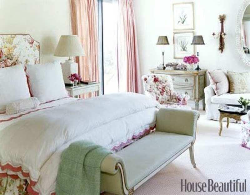 pretty-chintz-bedroom-pink-bench