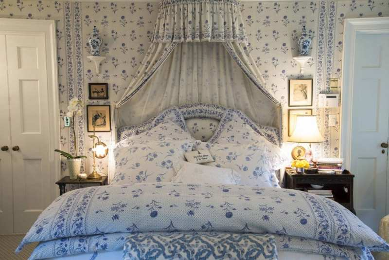 blue-white-bedroom-antique-silhouettes-mario-buatta